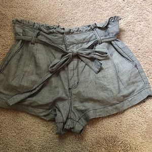 Super cute shorts with tie bow! EUC!